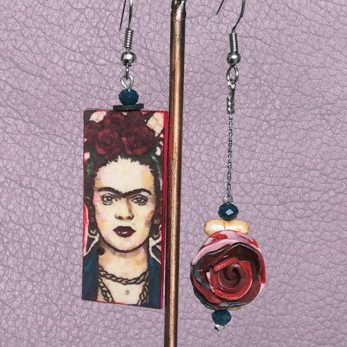 Boucles d'oreilles à l'effigie de Frida Kahlo. Montées sur crochet en acier, hauteur 6,7 cm, largeur 1,8 cm.