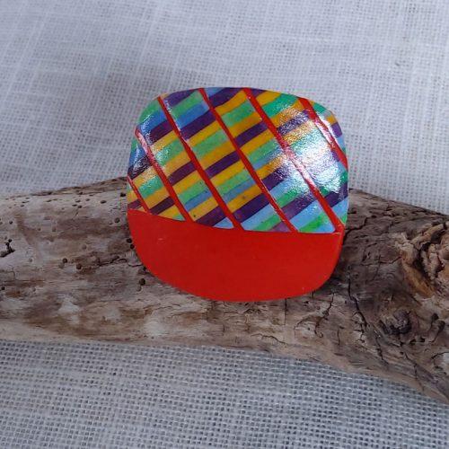 . Monté sur support réBague de couleur multicolore .Réglable, taille 3 cm sur 3 cm.