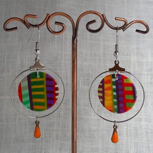 Boucles d'oreilles, montée sur crochet en acier, créoles. Diamètre 3 cm, hauteur 6,5 cm.