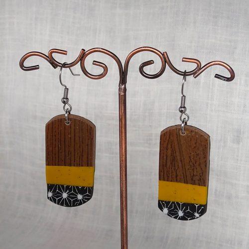 Boucles d'oreilles, effet bois mat, montées sur crochet en acier. Hauteur 6,2 cm, largeur 2,3 cm.