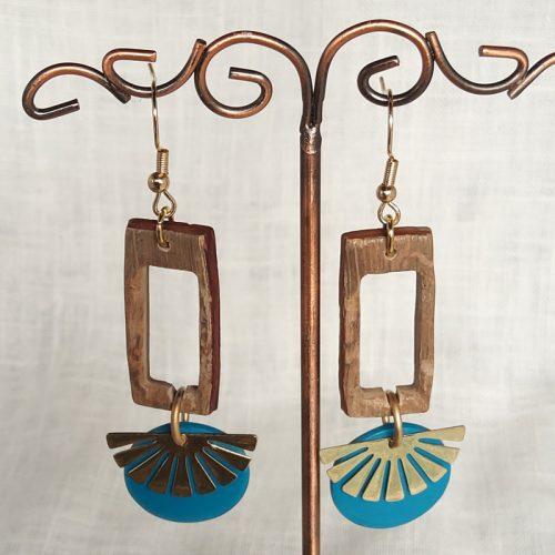 Boucles d'oreilles et apprêt en métal éventail. Hauteur 7 cm, largeur 2cm.