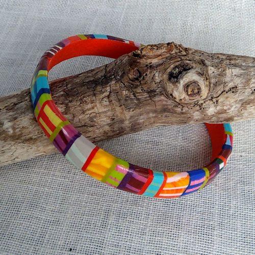 Bracelet multicolore, diamètre 6,5 cm.